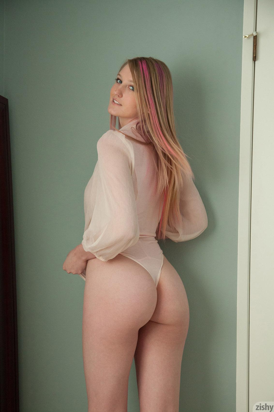 Beautiful webcam girl shows her very nice ass 4