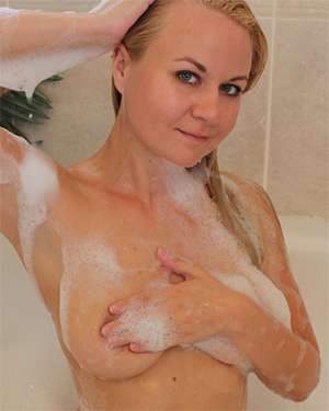 Alisa Kiss Soapy Suds Nudes