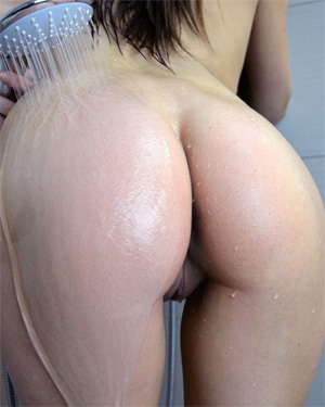 Andi Land Shower With Me