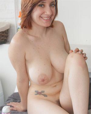 Chelsea Bell Shaving Her Legs Cosmid