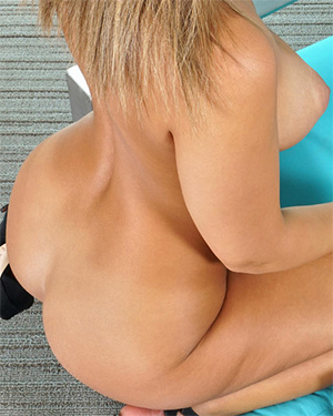 Layla London Upclose In The Crack