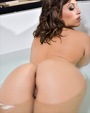 Lily Love Bubble Butt In The Tub
