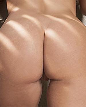 Rebecca Lynn Shows Off Her Bubble Butt