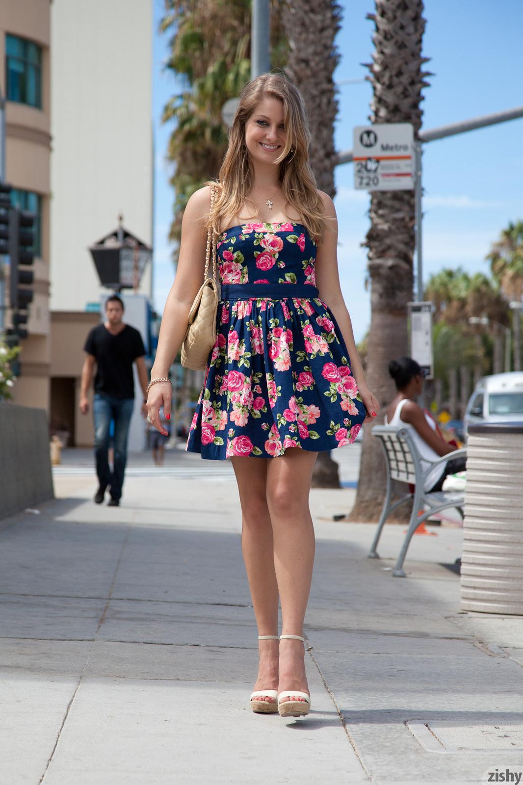 Приподняла платье фото 1 фотография